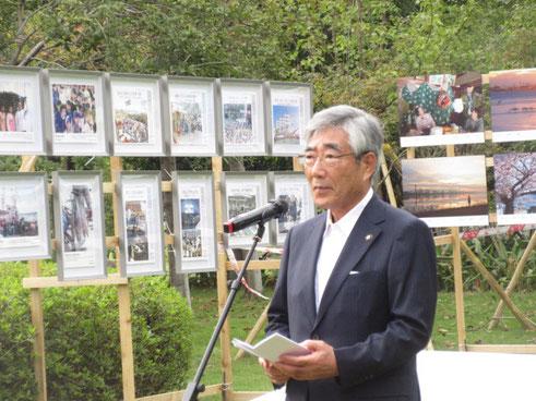 楊府山公園での石巻市写真展開幕で挨拶する亀山市長。
