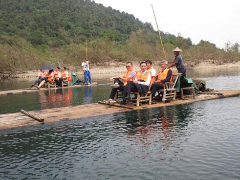竹筏に乗船。